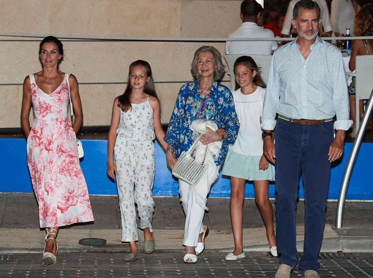 Die spanische Königsfamilie nach einem Restaurantbesuch.
