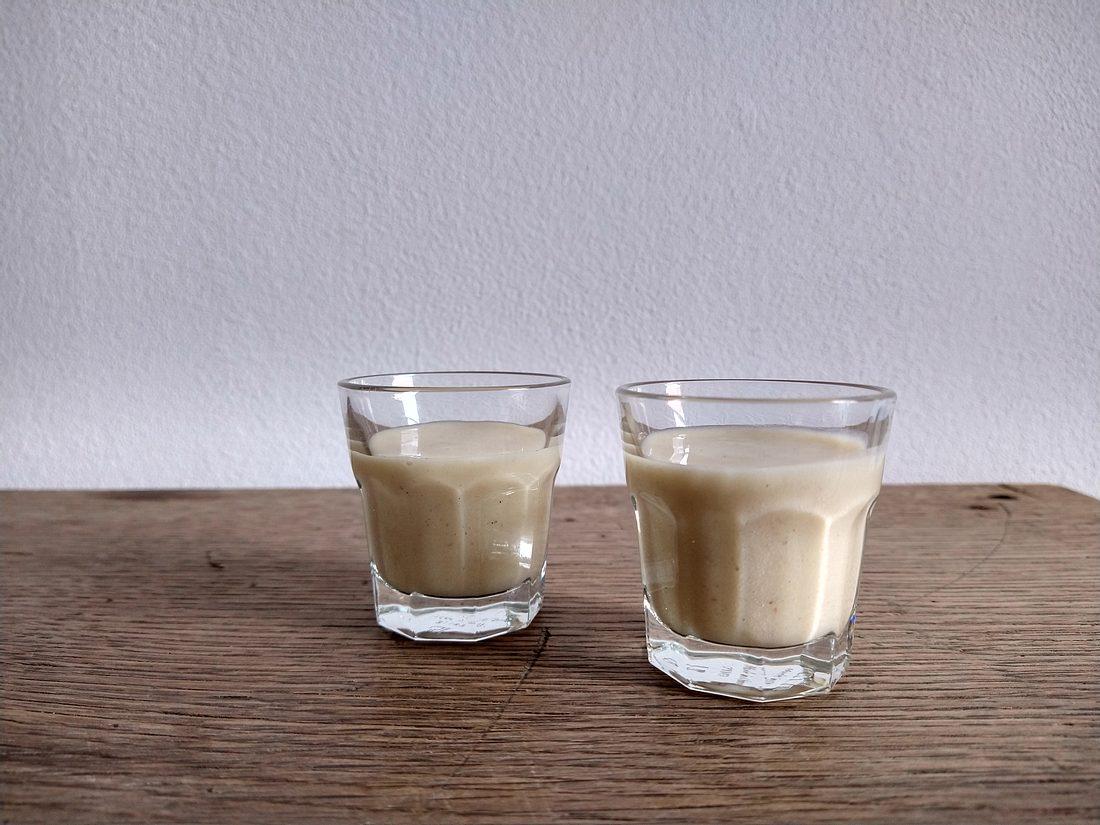Cremiger Vanillelikör im Glas.