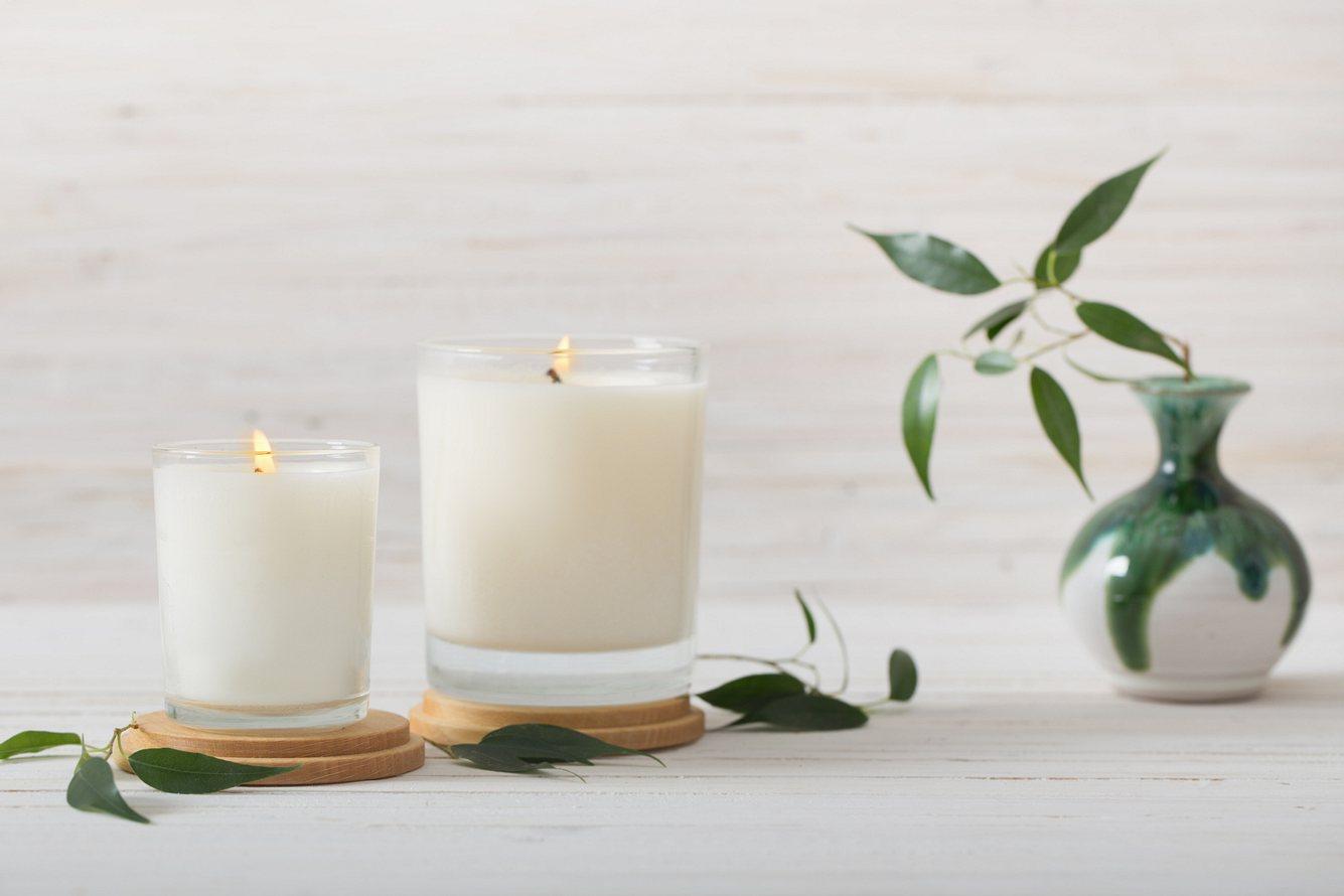 Vegane Kerzen in Weiß neben Vase