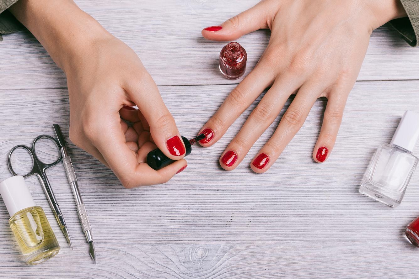 Veganer Nagellack wird zum Lackieren von Fingernägeln verwendet.
