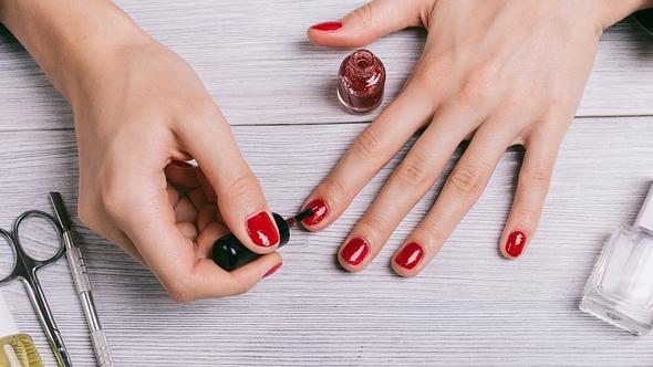 Veganer Nagellack wird zum Lackieren von Fingernägeln verwendet. - Foto: iStock/iprogressman