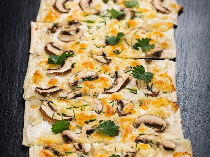Vegetarischer Flammkuchen mit Pilzen