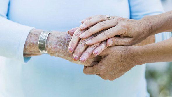 Um sich eine verdiente Pause von der Pflege zu gönnen, gibt es die Verhinderungspflege. - Foto: Susan Chiang / iStock