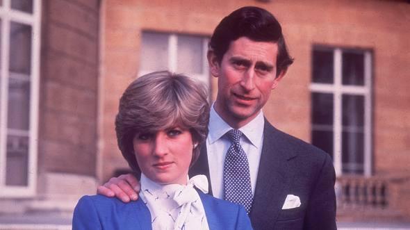 Verlobungsfoto von Prinz Charles und Lady Diana. - Foto: Central Press /GettyImages