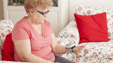 Vitalzeichen-Check: Das sollten Sie bei der Pflege Angehöriger wissen - Foto: pepifoto / iStock