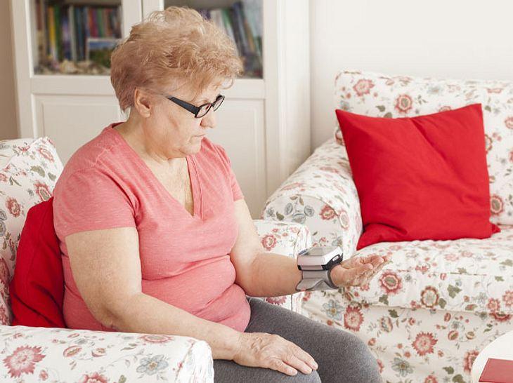 Vitalzeichen-Check: Das sollten Sie bei der Pflege Angehöriger wissen