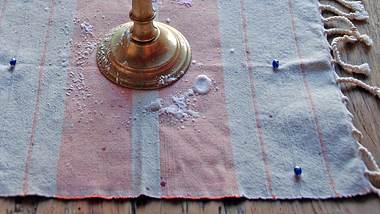 Wie lässt sich Wachs von einer Tischdecke entfernen? - Foto: iStock / c_taylor