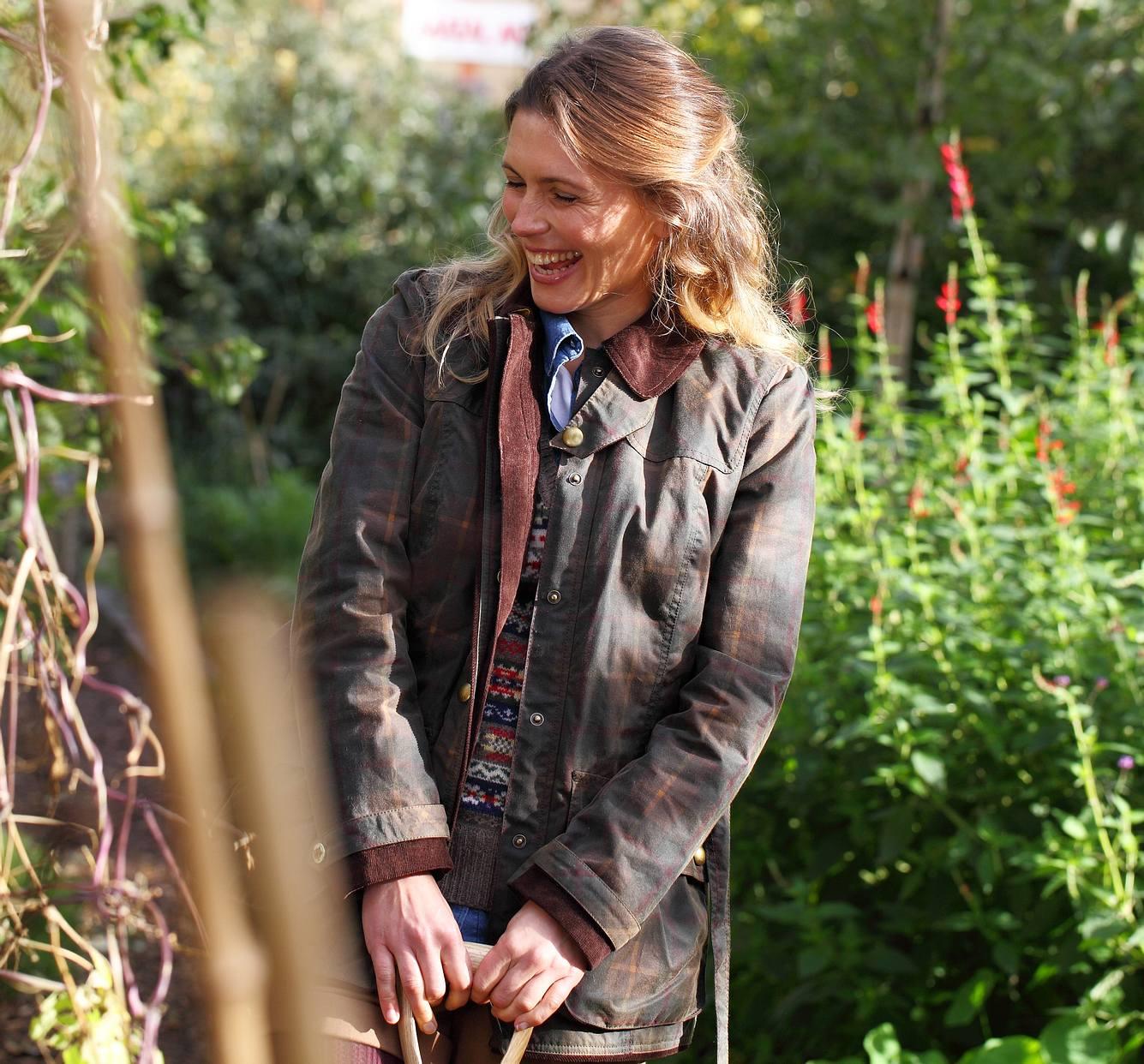 Wachsjacke Damen: Frau in Jacke im Garten
