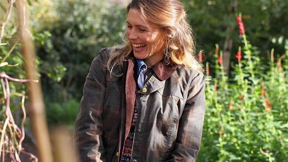 Wachsjacke Damen: Frau in Jacke im Garten - Foto:  iStock/shank_ali