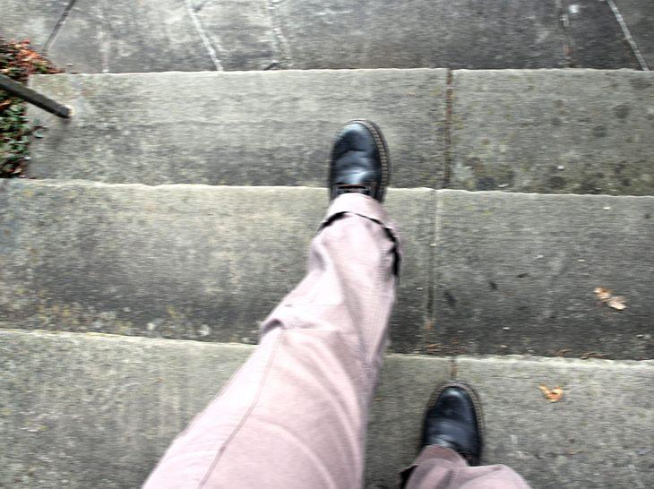 Wackelig gehen: Mögliche Ursachen für Schwäche in den Beinen