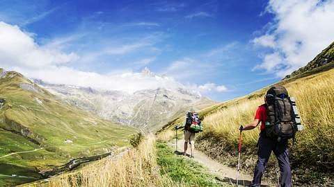 Wanderer sind mit Wanderausrüstung unterwegs. - Foto: iStock/ Vitalalp