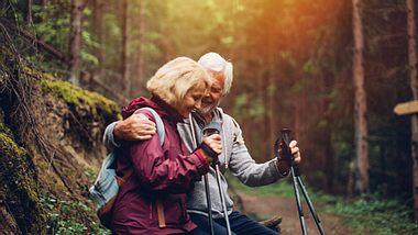 Paar bei einer Wanderung - Foto: AleksandarNakic/iStock