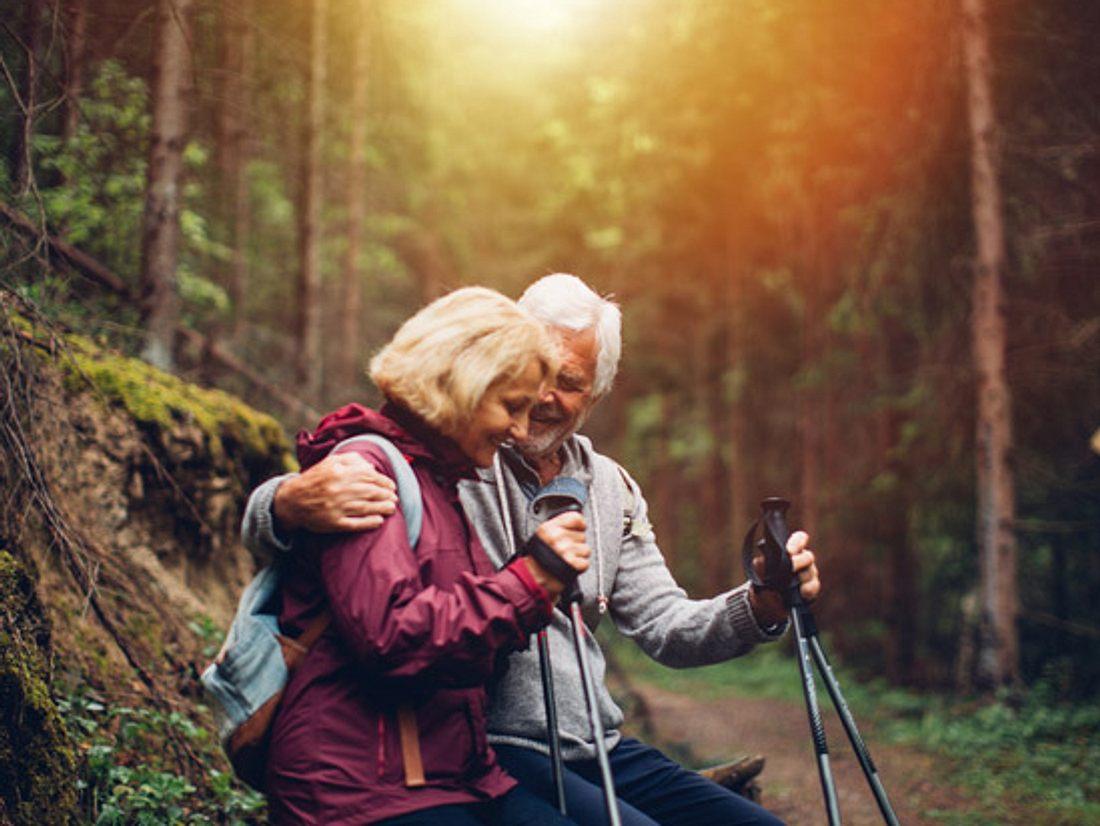 Paar bei einer Wanderung.