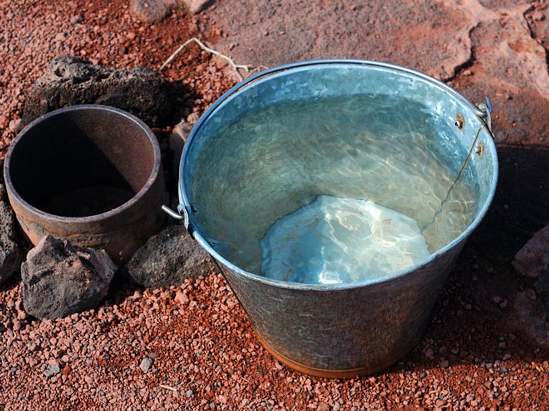 Was passiert, wenn man in der Wüste eine Kamera in einen Wassereimer legt