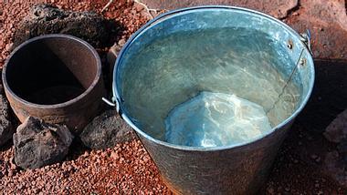 Was passiert, wenn man in der Wüste eine Kamera in einen Wassereimer legt - Foto: flavijus / iStock
