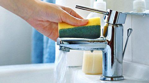 Mit diesen Tricks entkalken Sie Ihren Wasserhahn ohne Probleme. - Foto: gilaxia / iStock