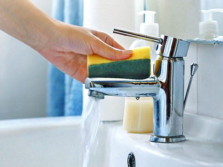 Mit diesen Tricks entkalken Sie Ihren Wasserhahn ohne Probleme.