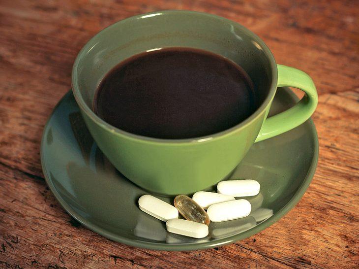 Um Wechselwirkungen zu vermeiden, sollte bei der Einnahme von Medikamenten mit bestimmten Getränken Vorsicht geboten sein.