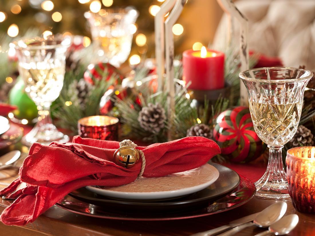 Weihnachtliche Tischdeko in rot.