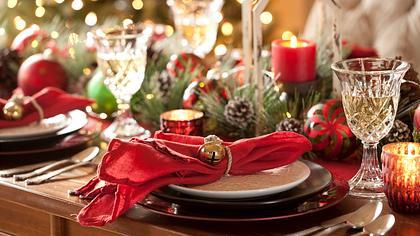Weihnachtliche Tischdeko in rot.  - Foto: Liliboas / iStock