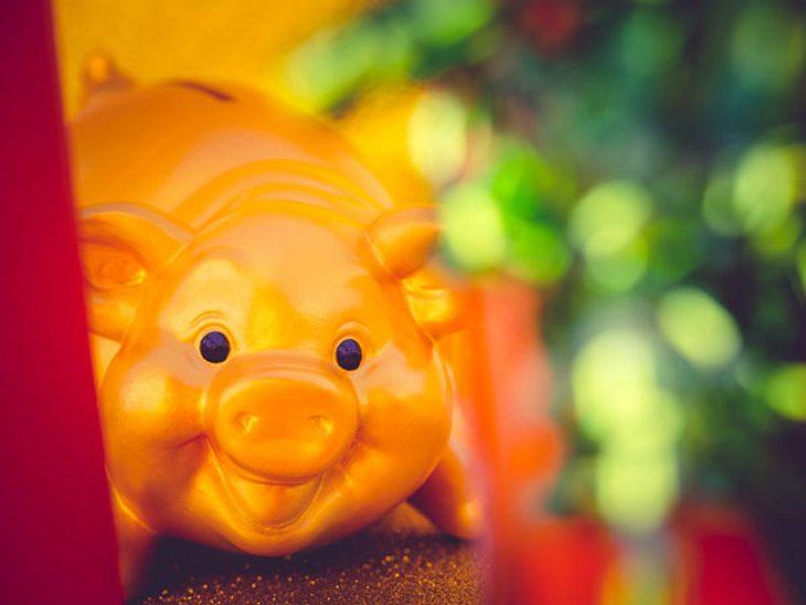 Glückssymbol: ein goldenes Schweinchen.