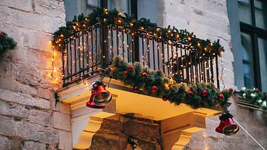 Weihnachtsdeko für den Balkon. - Foto: Bogdan Kurylo / iStock