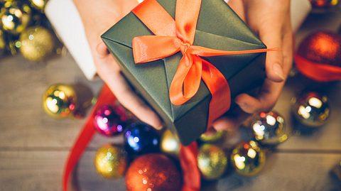 Die eigenen Eltern zu beschenken, ist oft eine Herausforderung.  - Foto: shansekala / iStock
