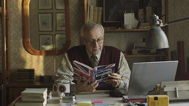 Dieser Opa lernt für seine Enkeltochter Englisch.  - Foto: Screenshot YouTube / Allegro