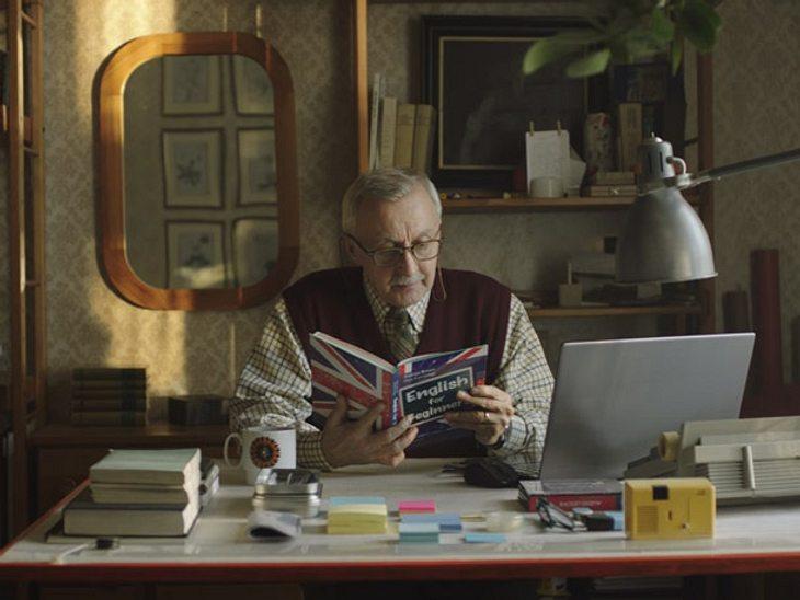 Dieser Opa lernt für seine Enkeltochter Englisch.