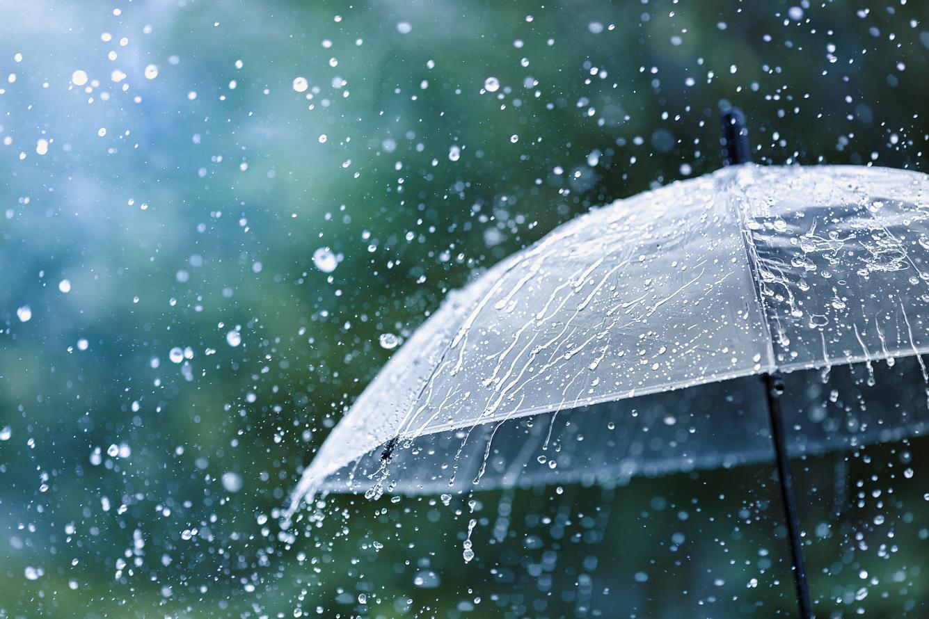 Ein Regenschirm und Regentropfen.