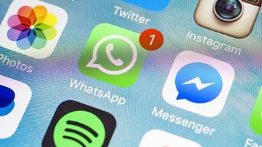 Über WhatsApp verbreitet sich gerade ein dubioser Kettenbrief. - Foto: bombuscreative / iStock