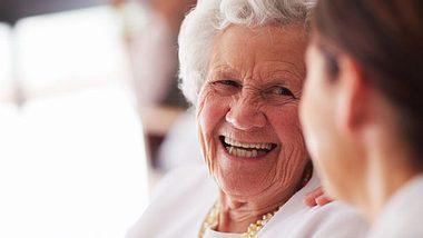 Wie eine alte Dame einer jungen Mutter half