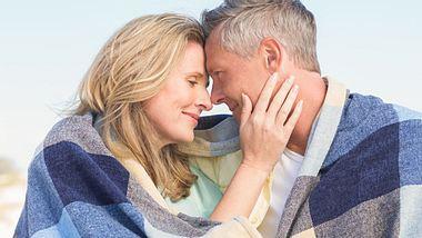 Glücklich bis in alle Ewigkeit – das wünschen wir uns seit der ersten Liebe. - Foto: Wavebreakmedia / iStock