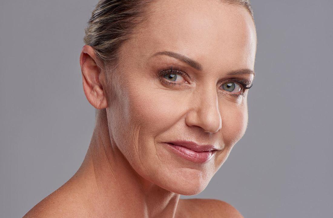 Wimpernlifting selber machen: Frau mit geschwungenen Wimpern