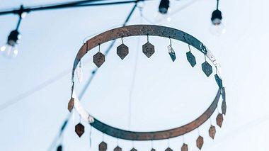 Schöne Ideen für selbst gebastelte Windspiele für Ihren Garten. - Foto: Sisoje / iStock