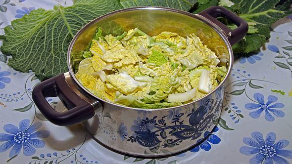 Wenn Sie ihn richtig kochen, schmeckt Wirsing wie bei Oma. - Foto: imago images / Gottfried Czepluch