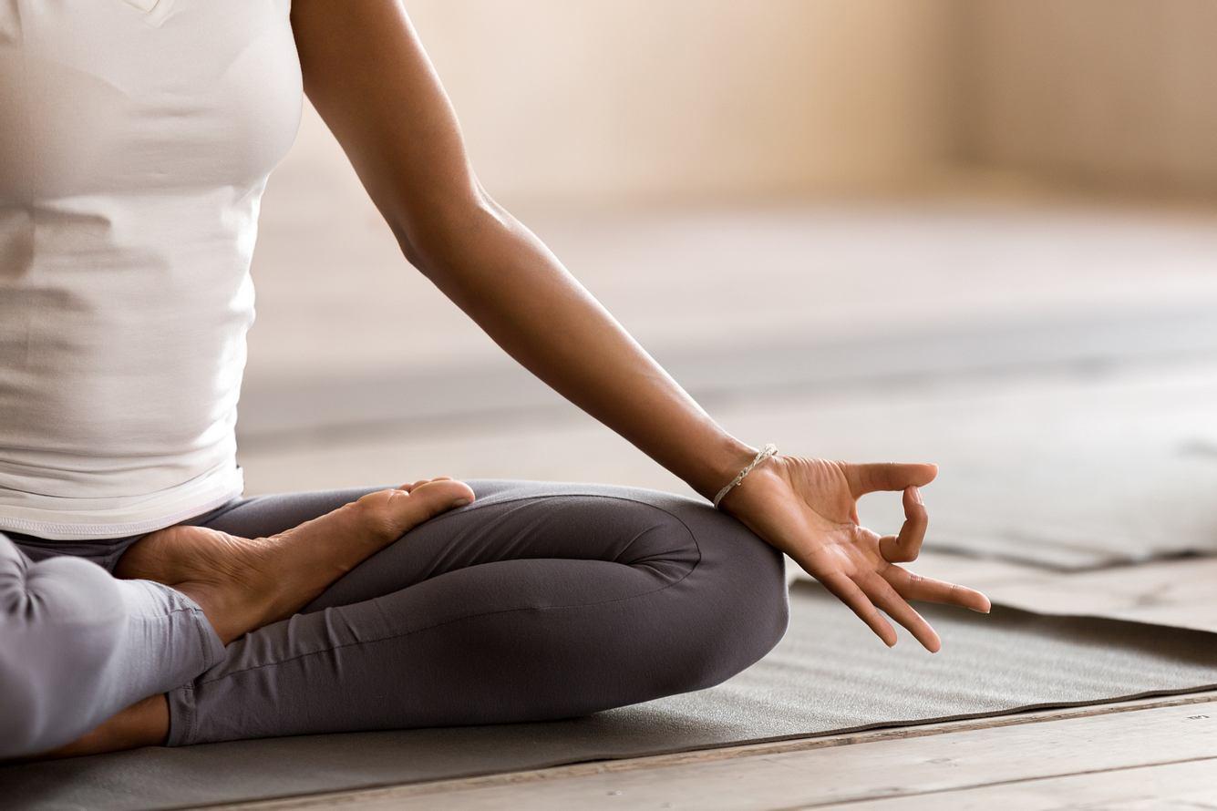 Frau macht Yoga zu Hause.