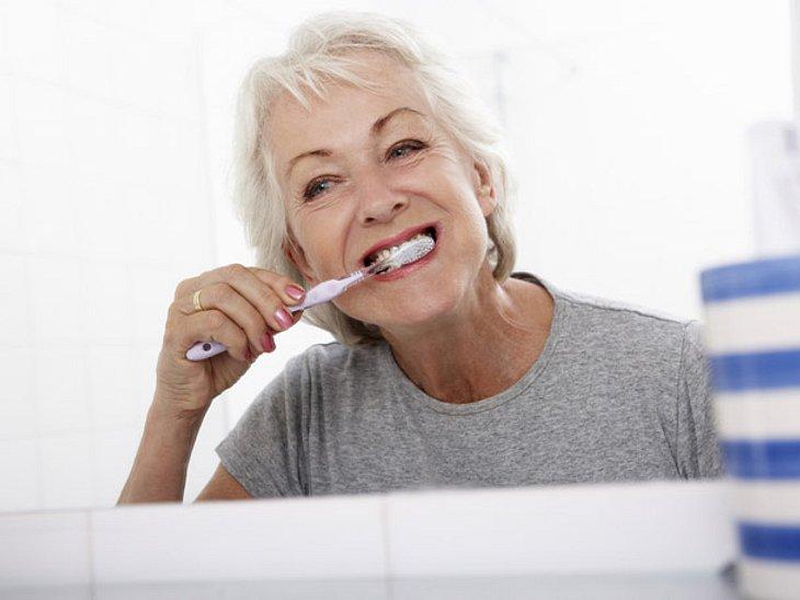 Zahnpflege: Ab 50 verändert sich die Beschaffenheit der Zähne.