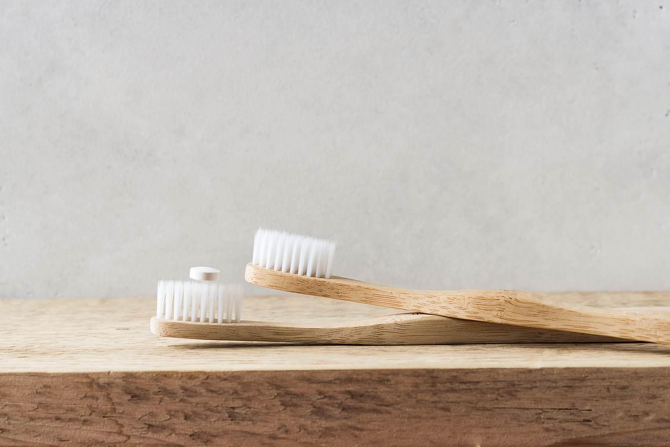 Bambuszahnbürste mit Zahnputztabletten.