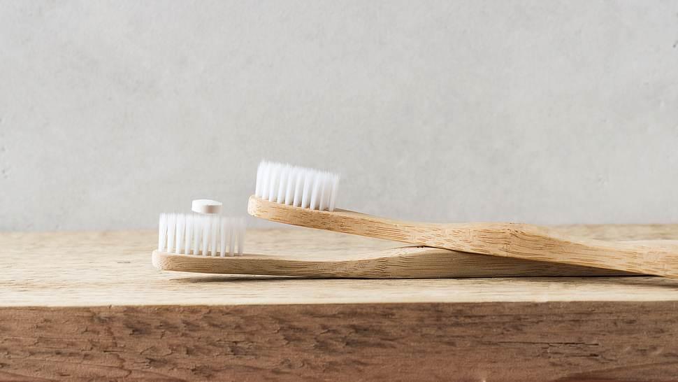 Bambuszahnbürste mit Zahnputztabletten. - Foto: iStock/Dannko