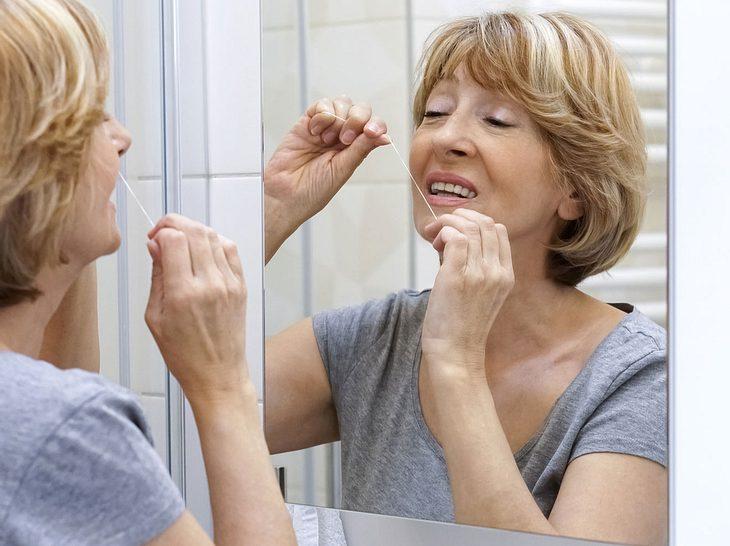 Zahnseide gehört zur täglichen Mundhygiene dazu.