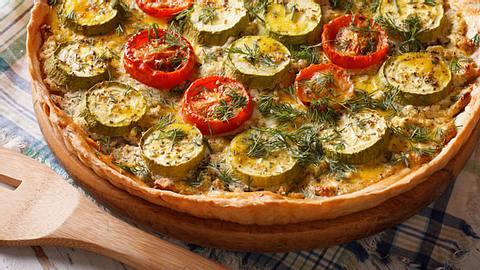 Quiche mit Zucchini und Kirschtomaten - Foto: ALLEKO / iStock