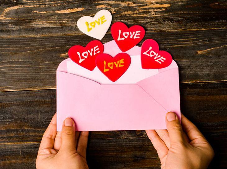 Wer das passende Geschenk sucht, greift gern zu einem Gutschein. Den können Sie einfach selber machen und hübsch verpacken.