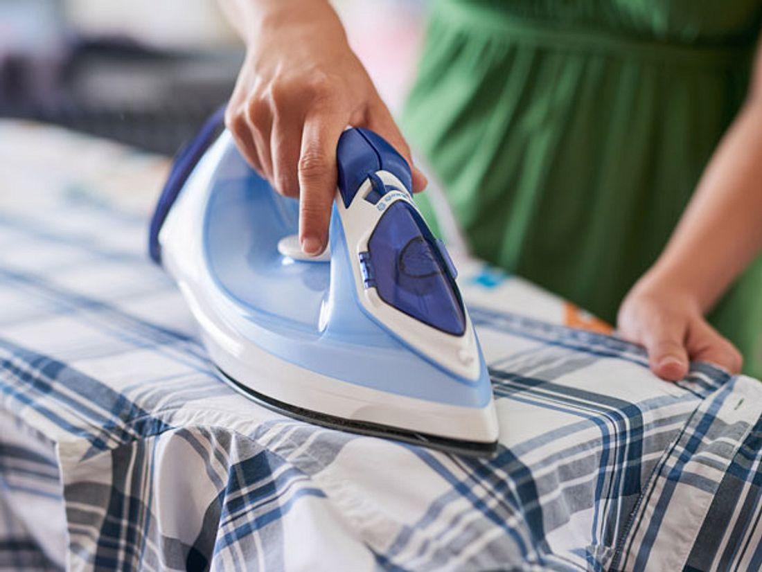 Statt Ihr Bügeleisen nur zum glätten von Blusen oder Hemden zu verwenden, können Sie im Haushalt noch viel mehr damit anstellen.