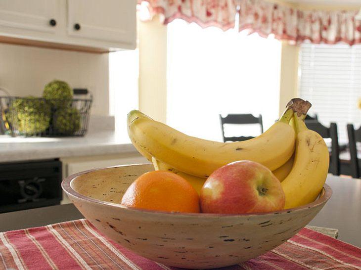 Wenn sich Fruchtfliegen in der Küche tummeln, können Sie sie mit einigen nützlichen Hausmitteln bekämpfen.