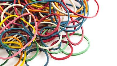 Gummibänder können in vielen Situationen nützlich sein. - Foto: pepifoto / iStock