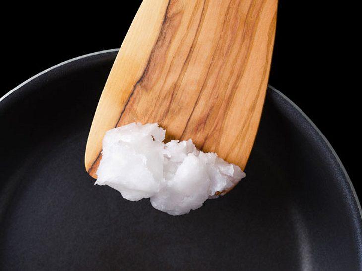 Kokosöl ist nicht nur ein wirksames Helferlein für die Schönheit und in der Küche, sondern eignet sich auch für die Anwendung im Haushalt.