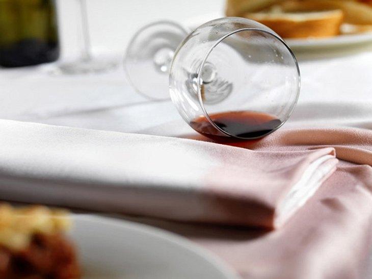 Zuhause gibt es häufig Missgeschicke beim Essen. Wir verraten, wie Sie Flecken von Rotwein und Co. entfernen.