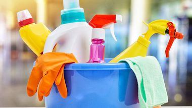 Werden verschiedene Reinigungsmittel miteinander vermischt oder kommen sie zur gleichen Zeit zum Einsatz, können sie gefährliche chemische Reaktionen hervorrufen. - Foto: Choreograph / iStock