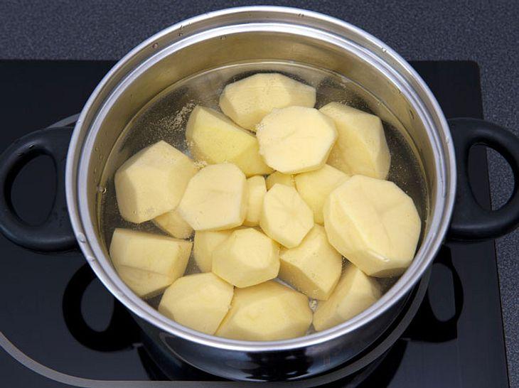 Wenn Sie Salzkartoffeln kochen, sollten Sie das Wasser hinterher nicht wegschütten - es ist noch vielseitig einsetzbar.